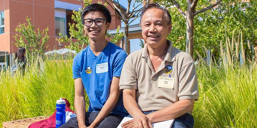 Parents support their students during Move-In Weekend.
